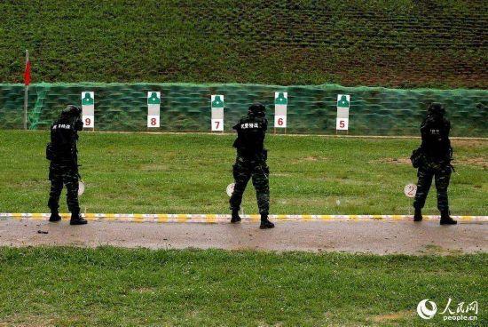 特战队员进行手枪快速精度射击 。