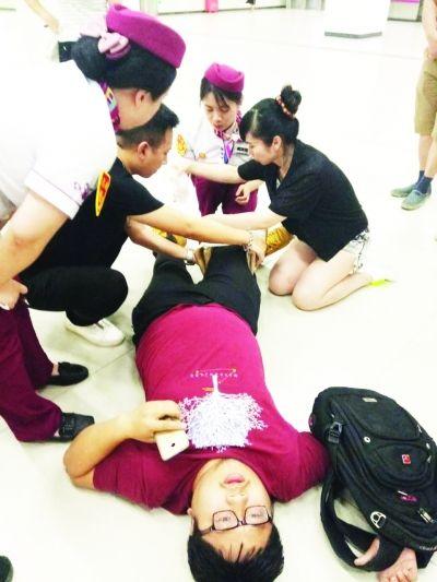 武汉护士长跪地施救受伤的成都男子