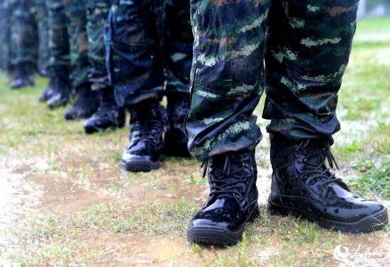 特战队员被雨水打湿。