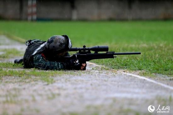 特战队员进行多种姿势狙击。