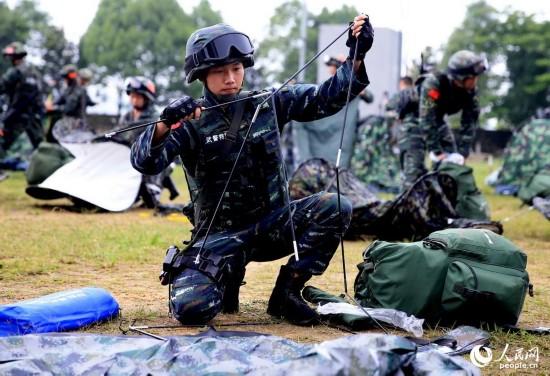 到达集结地官兵便迅速搭建单兵帐篷。