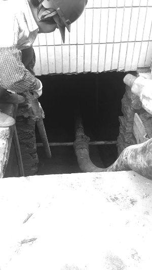 常州老人手挖肩挑挖出地下室 城管强制回填