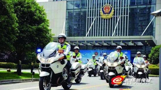 无锡交警铁骑队授旗上路 机动巡查通过路面