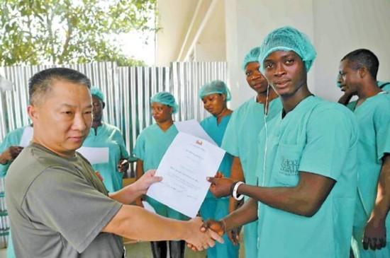 我国援助非洲抗埃博拉医疗队与死神正面对垒