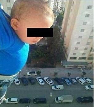"""如此""""父亲"""":男子为得""""赞""""将儿子悬在15层窗外"""