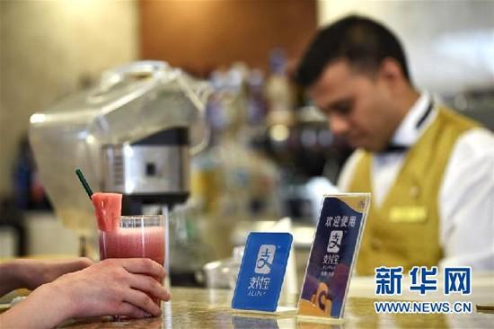 """方便得不可思议!中国移动支付""""圈粉""""在华外国人"""