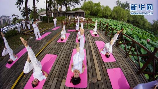 扬州:瑜伽爱好者静享生活迎夏至