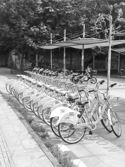 共享单车竟贴上各种小广告 市民呼吁加强管理并及时清理