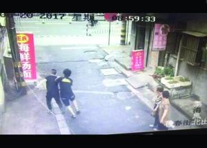 泰州女孩金坠子被割走 两小伙狂追小偷200多米