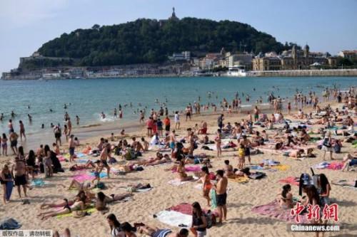 西班牙海滩挤满游客
