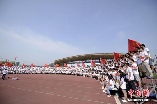 中南大学毕业典礼拍千人毕业照 院士受女生热捧