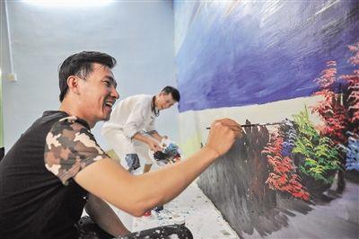 """结合美丽乡村建设,用壁画的形式""""美画""""家乡,绘制各种各样既美观又有浓郁生活气息的宣传壁画。"""