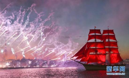 """圣彼得堡庆祝""""红帆节""""(组图)"""