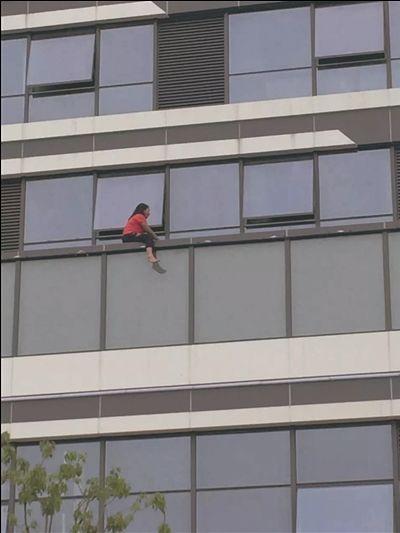 女子跳楼体力不支 南通海门救援人员将其救下