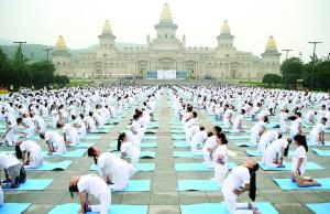 无锡灵山举办国际瑜伽盛会 近万名爱好者参加