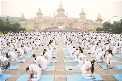 无锡办国际瑜伽节 万名爱好者灵山脚下练瑜伽