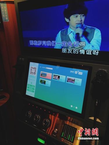 消费者在迷你KTV内唱歌。<a target='_blank'  data-cke-saved-href='http://www.chinanews.com/' href='http://www.chinanews.com/' _fcksavedurl='http://www.chinanews.com/' ></table><p  align=