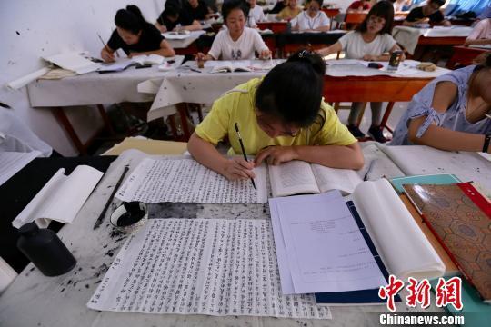 图为学生使用毛笔小楷答题。张远 摄