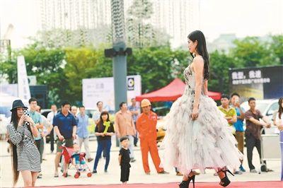 南京河西一广场推出时装发布秀 让观众一饱眼福