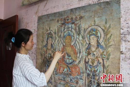 女画师临摹敦煌壁画十五载:每一块剥落都是历史