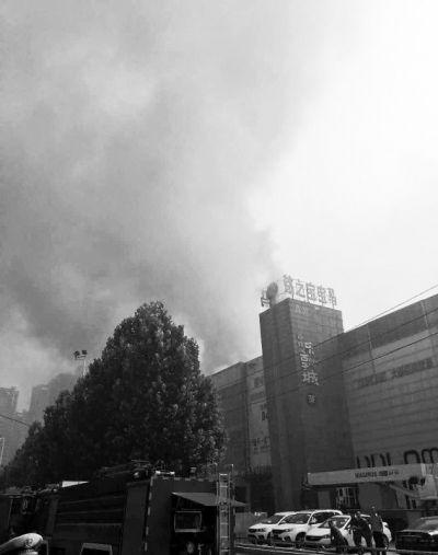 郑州一建材家具市场着火 暂未发现有人员伤亡