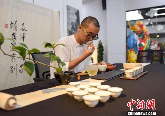 两岸茶人带来特色茶席,进行茶艺表演。 陈悦 摄