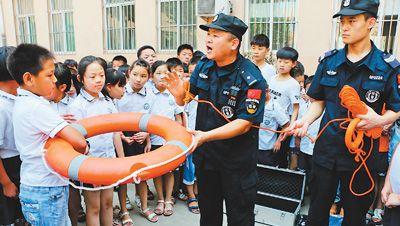 暑期将至 河北广平公安巡警助学生平安度暑假