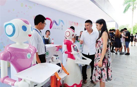 """6月28日,由海南省文体厅主办的""""缤纷海南 文创未来""""为主题的2017海南省文体产业专题招商会在海口文化产业园举行。图为海南师范大学展示的智能服务机器人。王凯 摄"""