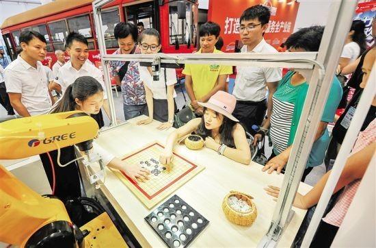 6月28日,2017海南高新技术产业及创新创业博览会上,智能机器人下围棋吸引不少与会者。袁琛 摄