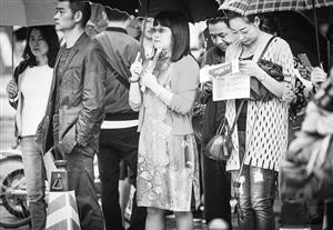 """聚焦昆明中考:学校台阶铺红毯 学生身贴""""必胜牌"""""""