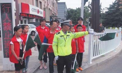 百名志愿者走上街头劝导不文明行为