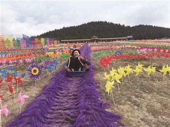 青海首个人工滑草场正式开放