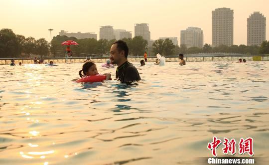 第九届北京海洋沙滩嘉年华迎来开门第一天。 苏丹 摄
