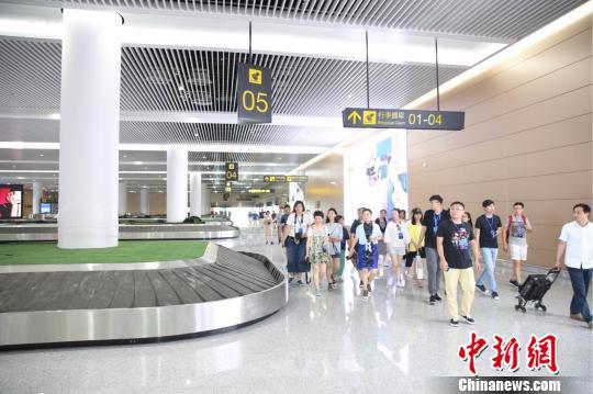 图为 媒体记者模拟旅客在T3A航站楼乘机的线路逐一参观。 主办方供图 摄