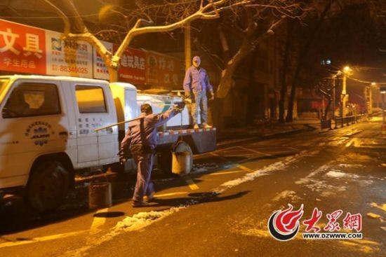 每天凌晨三点开始,总会有那么一群人,他们打着头灯,挑着粪桶,悄无声息的行走在济南的老街小巷里,走进居民院落的旱厕。