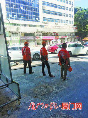 厦门妇幼保健院停车难 有人发现商机:代客泊车