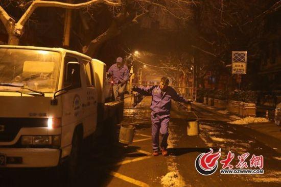 凌晨4点,济南市经五路小学附近,城肥清运的作业车稳稳停在路边。车上跳下六七个身穿工作服的老少爷们,或许你从来没有见过他们,但他们每天都在忙碌,他们就是城市里的掏粪工。