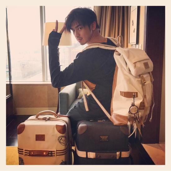 陈柏霖与旅行箱包