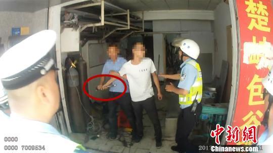 男子违停被查拒不纠正 持刀锤威胁交警删照片