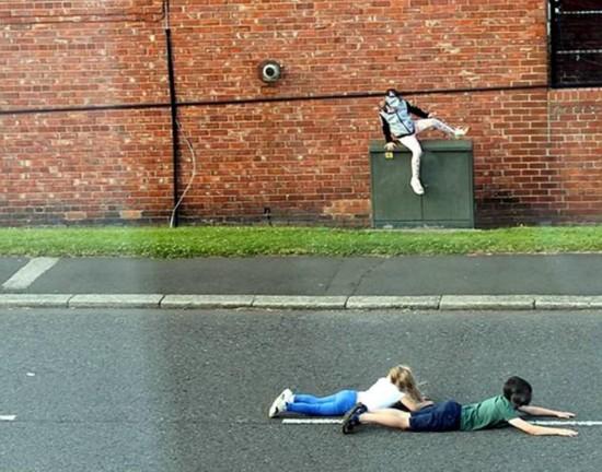 惊险一幕:英国熊孩子不顾危险躺路中间玩耍