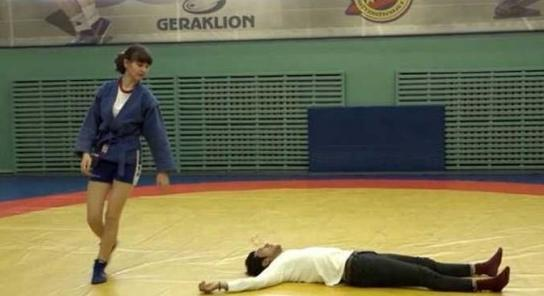 李治廷被美女放倒 看着让人心疼竟被摔十余次