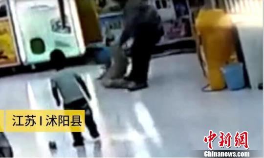 男子疯狂殴打亲生女儿被拘留 只因其擅自带弟弟外出