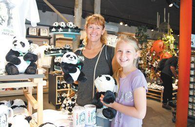 在柏林动物园的礼品店里,丹麦游客正在欣喜地挑选中国大熊猫主题纪念