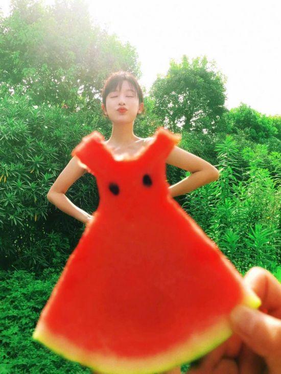 张俪 穿着 蔬菜水果凹造型 效果和没穿衣服似的