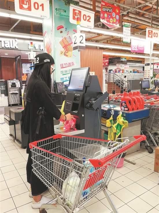 泉州多家超市投用自助收银机 顾客可自己完成商品结算