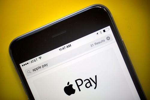 不得不说,苹果公司仅仅依靠打赏抽成的钱,就比2016年全年苹果软件商店在中国市场的总收入还要多。仗着自己极度封闭的IOS系统而大肆抽成,国内大多数网友认为苹果此举非常不明智也不合理。国内一些大的社交网站也分为两大阵营:让步妥协与抗衡。