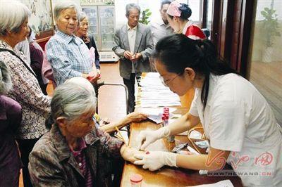 宜州市中医医院为3千老人免费体检