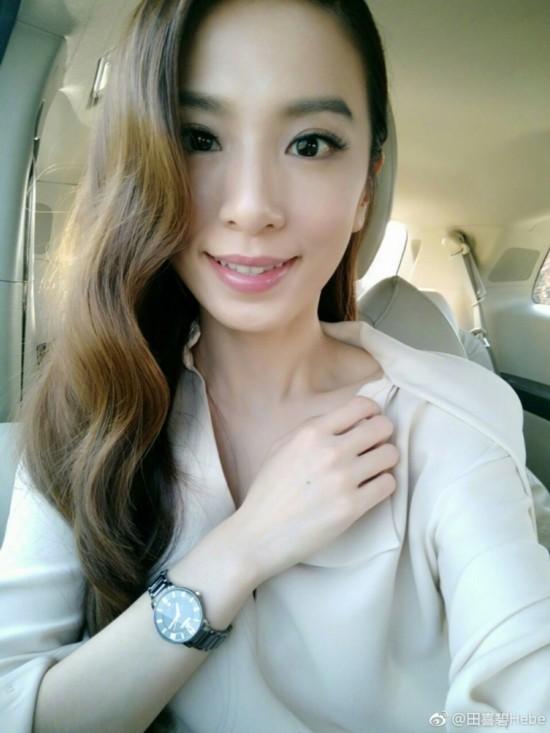照片中,田馥甄身穿白色衬衣,波浪卷发披肩,或是清纯甜笑,或是面容冷峻图片
