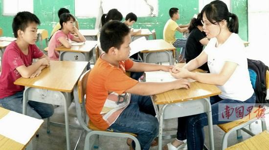 曾因救学生而落下后遗症 38岁女教师继续坚守(图)