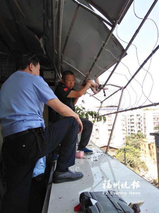 惊心动魄!六旬老人从13楼坠至6楼雨遮上 被众人救下